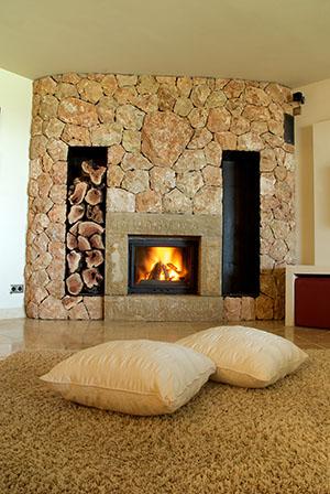 Krb v obývačke vytvára atmosféru rodinnej pohody a pokoja. Kúrenie krbom preto láka čoraz viac majiteľov rodinných domov.
