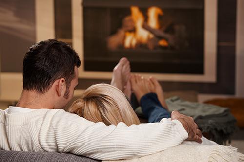 Kúrenie v krbe nikdy neomrzí. Plápolajúci oheň, skvelý dizajn a večná romantika, to sú dôvody prečo sa ľudia rozhodujú pre túto dominantu obývačky.