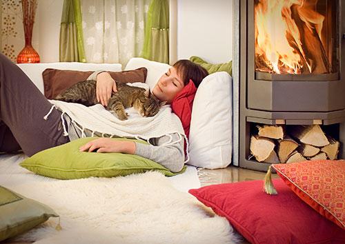 Piecky na drevo prinášajú lacné teplo, príjemnú atmosféru a tepelné pohodlie za nižšiu cenu než teplovzdušné krby.