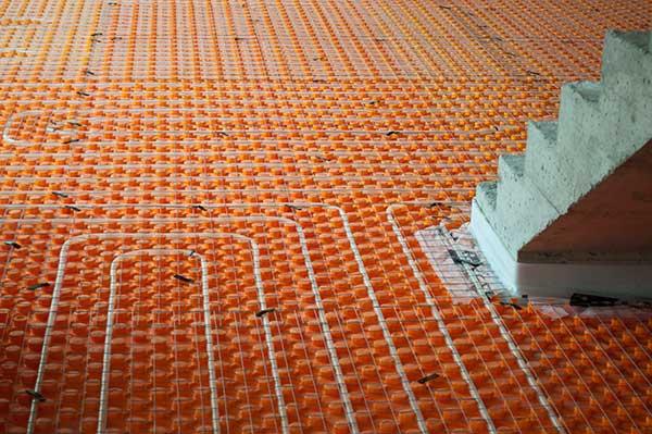 Teplovodné podlahové kúrenie sa využíva najmä v novostavbách. Prináša množstvo výhod oproti radiátorovému kúreniu. Vďaka tomu je veľmi obľúbené. Cena podlahového kúrenia sa hýbe od 40-70 eur za meter štvorcový.